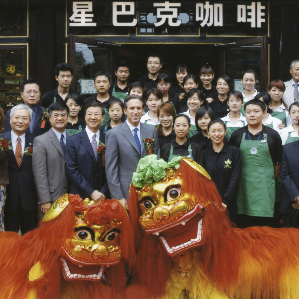 Howard Schulz with China partners and two dragon dancers